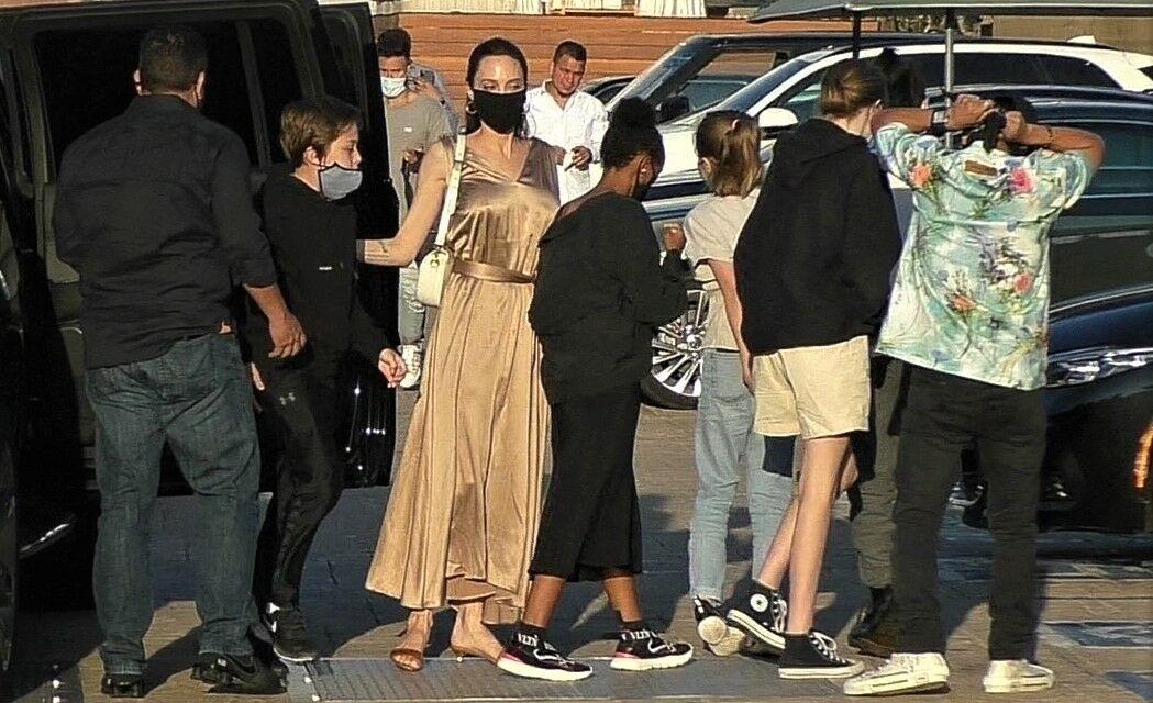 Angelina Jolie et ses six enfants arrivent au restaurant Nobu, à Los Angeles, le 27 août 2020.