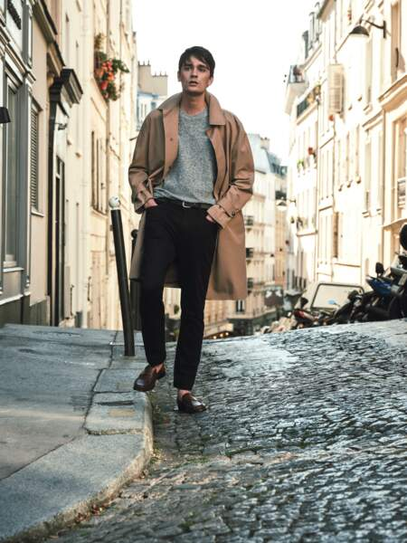 Alain Fabien Delon en tenue Mango Man dans les rues de Paris.