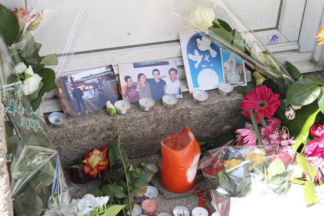 Des fleurs devant la maison de la famille, au 55 boulevard Schumann à Nantes, le 28 avril 2011.