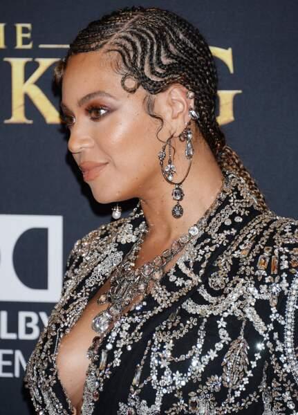 Beyonce Knowles opte pour une série de bijoux argentés pour accompagner sa robe à strass.