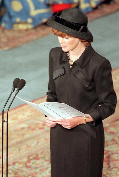 Sarah McCorquodale rendant hommage à Diana, lors de ses obsèques. L'aînée des Spencer contribuera par la suite à l'enquête sur les circonstances de la mort de sa petite soeur.