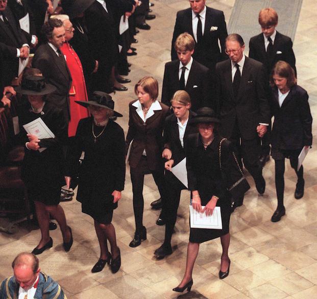 Sarah McCorquodale (à dr., chapeau et sac à main) lors des obsèques de sa petite soeur Diana, le 6 septembre 1997, à l'abbaye de Westminster.