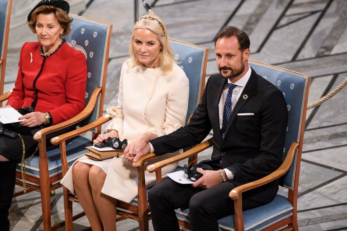 La princesse Mette-Marit, aux côtés du Prince Haakon et de la reine Sonja lors de la cérémonie de remise du prix Nobel à Oslo en Norvège, le 10 décembre 2019.