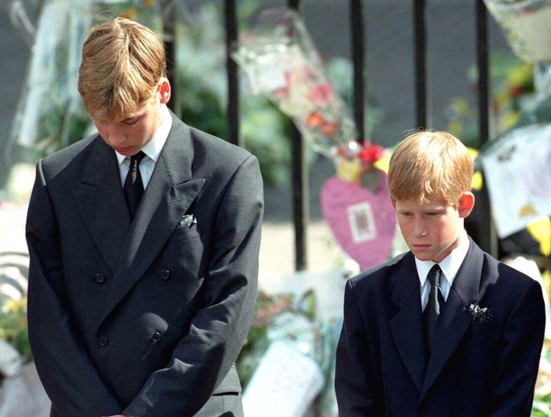 Le prince William et son frère le prince Harry, aux obsèques de leur mère Lady Diana, le 5 septembre 1997.