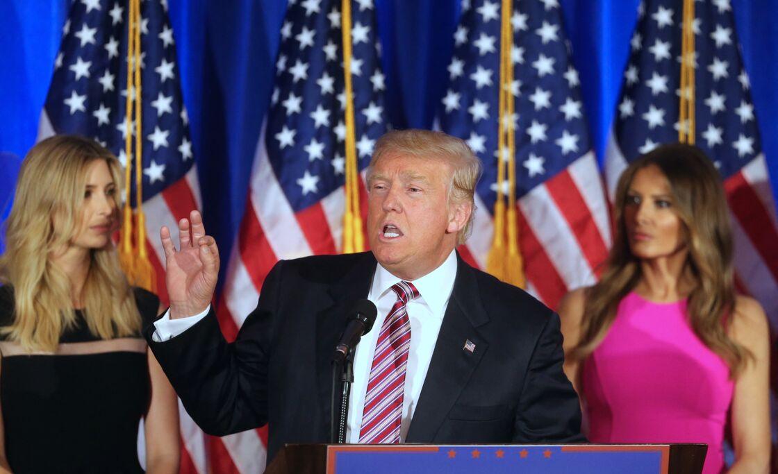 Donald Trump battant campagne en 2016. Derrière lui, sa fille Ivanka et son épouse Melania se regardent déjà en chiens de faïence...