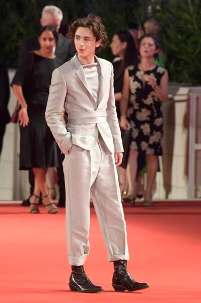 Timothée Chalamet sur le tapis rouge du festival de Venise osait avec classe une veste de costume cintrée et une paire de bottines à talons.