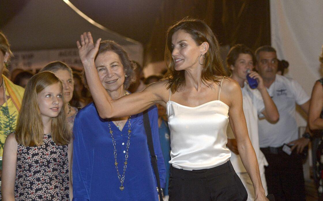 La reine Sofia et Letizia, sa belle-fille, faussement complices à Palma Majorque, en août 2018. Au printemps, les deux femmes ont échangé des brusques, révélant leur relation tendue.