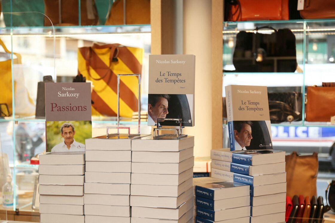 Nicolas Sarkozy, masqué, dédicace son livre