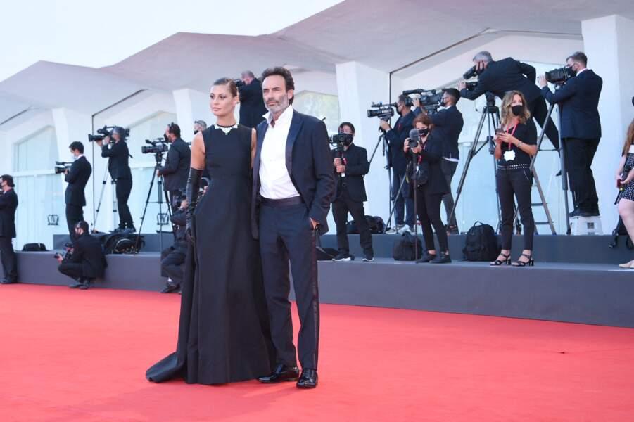 Anthony Delon a opté pour un costume signé Giorgio Armani et Sveva Alviti pour une superbe robe noire Valentino.