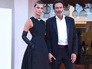 Anthony Delon et Sveva Alviti complices sur le tapis rouge de la Mostra de Venise