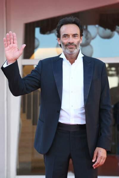 Anthony Delon a opté pour un costume noir Giorgio Armani et une chemise blanche portée sans cravate.