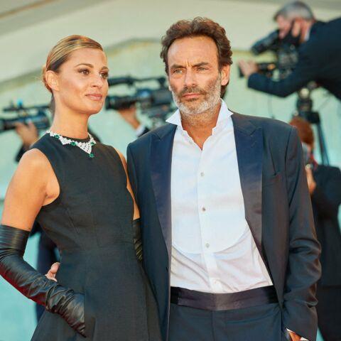 PHOTOS – Anthony Delon et Sveva Alviti amoureux et élégants à la Mostra de Venise