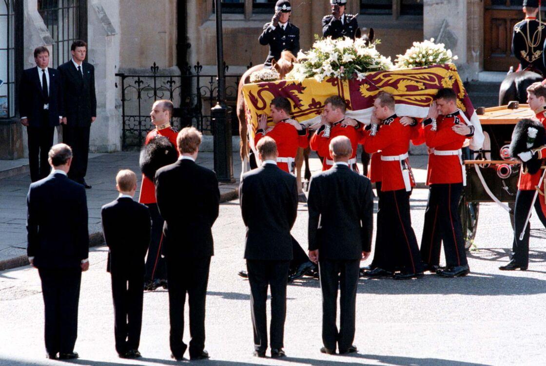 Le prince Charles, ses fils William et Harry, Earl Spencer et le prince Philip, accompagnant le cercueil de Lady Diana dans l'abbaye de Westminster, à Londres, le 6 septembre 1997.