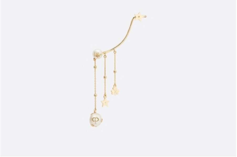 Bijou d'oreille Shiny-D, Métal finition dorée et perle d'eau douce blanche, 320€, Dior.com