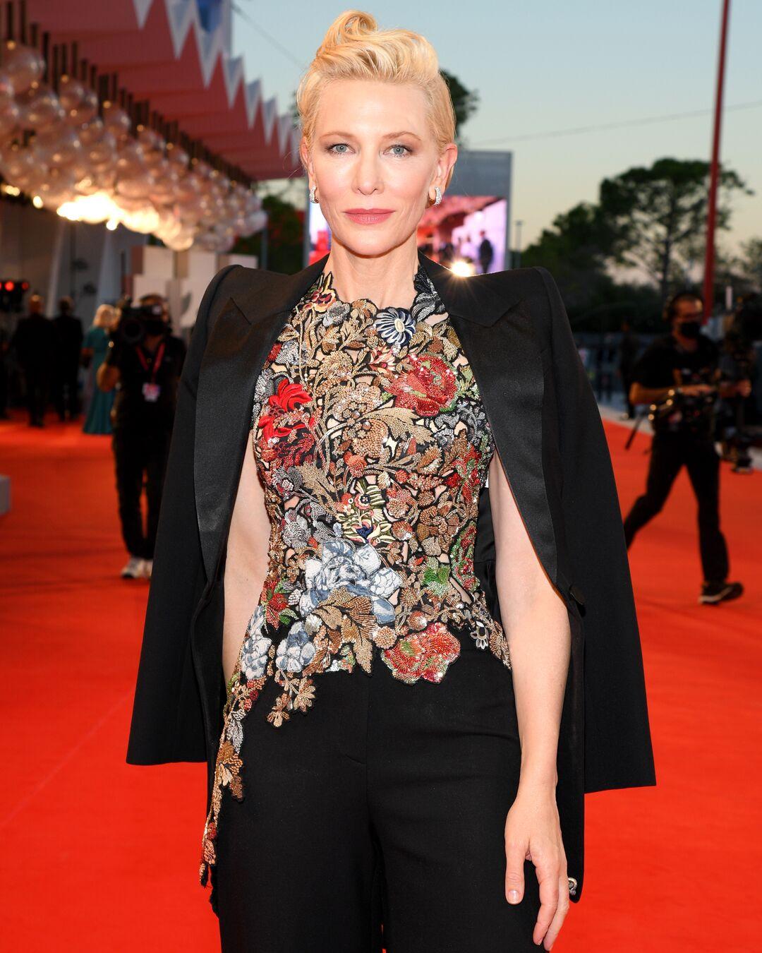 Cate Blanchett multiplie les costume-pantalon et joue entre uni et imprimé coloré