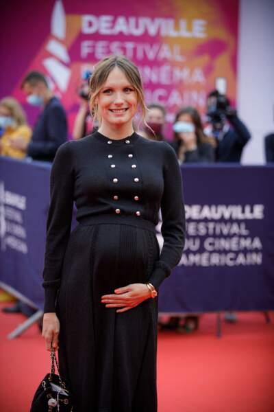 Ana Girardot, enceinte, dévoile une nouvelle fois son baby bump sur le redcarpet de la cérémonie d'ouverture du 46ème Festival du Cinéma Américain de Deauville, le 4 septembre 2020.