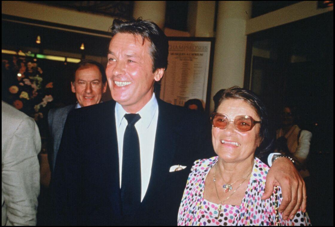 Alain Delon et sa mère Edith Boulogne à l'avant-première de