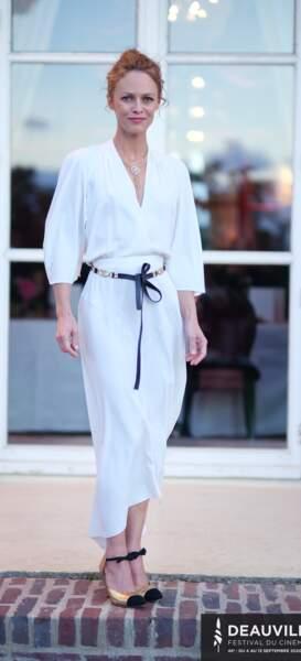 Vanessa Paradis fait sensation avec une jupe trapèze blanche en satin qui marque sa taille fine. La jupe trapèze est une pièce mode phare de cette saison 2020.