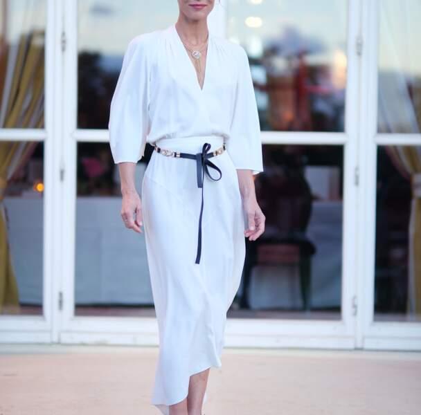 Vanessa Paradis complète son look Chanel d'une ceinture noire et dorée à nouer autour de la taille pour marquer sa silhouette fine et menue.
