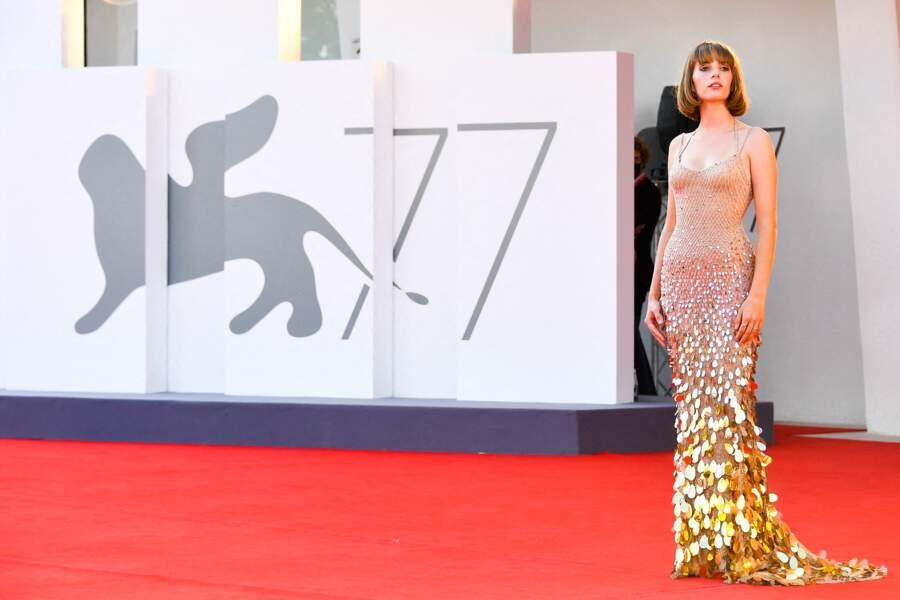 Maya Thurman-Hawke sculpturale dans cette robe longue bicolore et bimatière Atelier Versace.