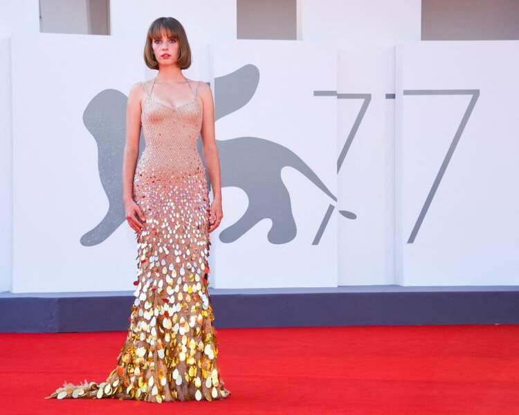 Maya Thurman-Hawke lumineuse en robe à sequins Atelier Versace à Venise, le 5 septembre 2020.