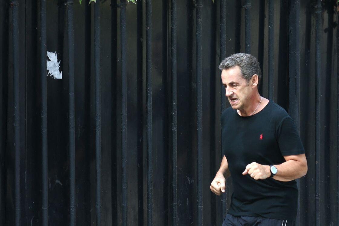 Nicolas Sarkozy fait son footing entouré de ses deux gardes du corps à Paris le 4 octobre 2014.