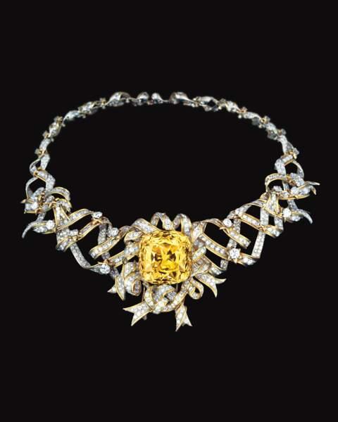 Ce collier Tiffany&Co, au diamant jaune a été porté par Audrey Hepburn,  pour la promotion de «Breakfast at Tiffany's» en 1961.