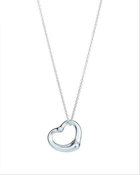 """Dans la comédie romantique des années 2000, Bridget Jones porte une bague de fiançailles de deux carats et un """"Elsa Peretti Open Heart"""" pendentif en coeur devenu iconique de Tiffany & co."""