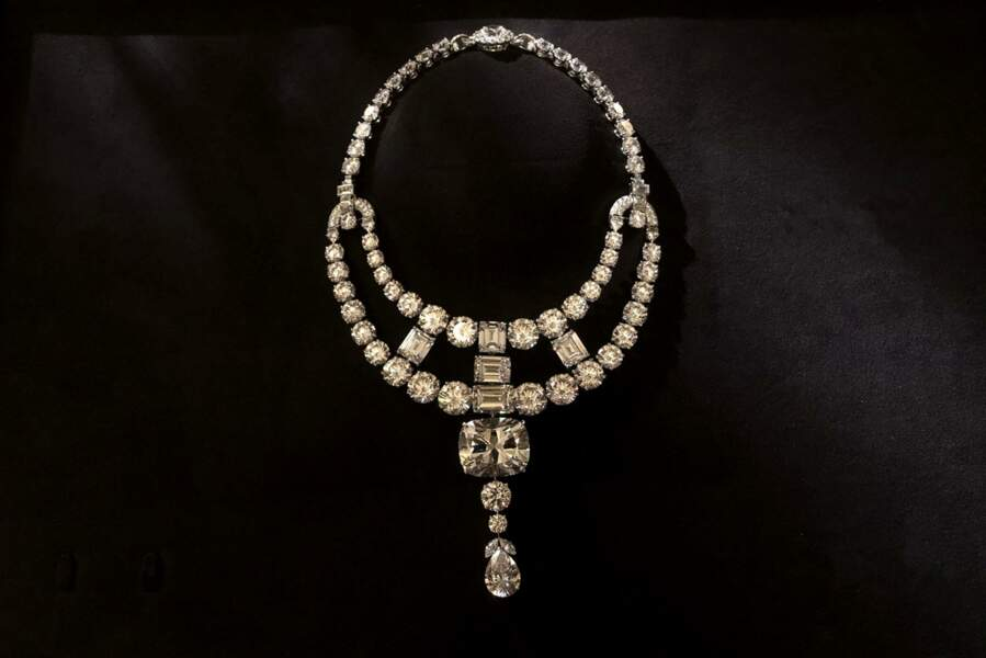 Le collier du Maharajah n'existant plus, Cartier a dû reproduire à l'identique ce collier mythique pour les besoins du tournage.