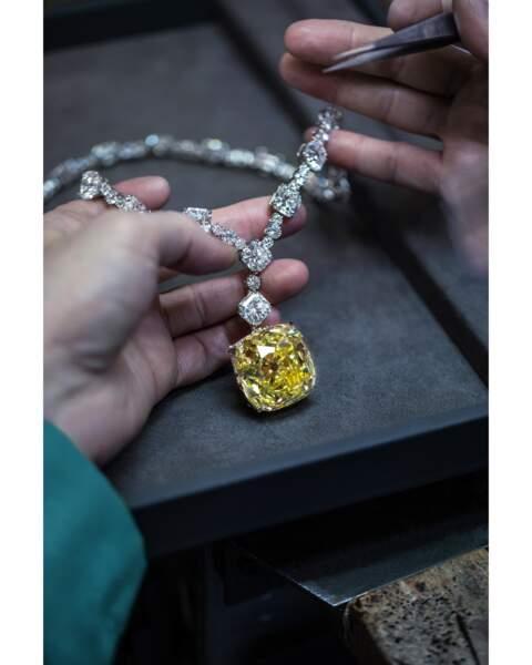 Le Tiffany Diamond, un diamant jaune de 287.42 carats bruts exceptionnellement rare a été extrait des mines Kimberly en Afrique du Sud et acquis par Charles Lewis Tiffany en 1877.