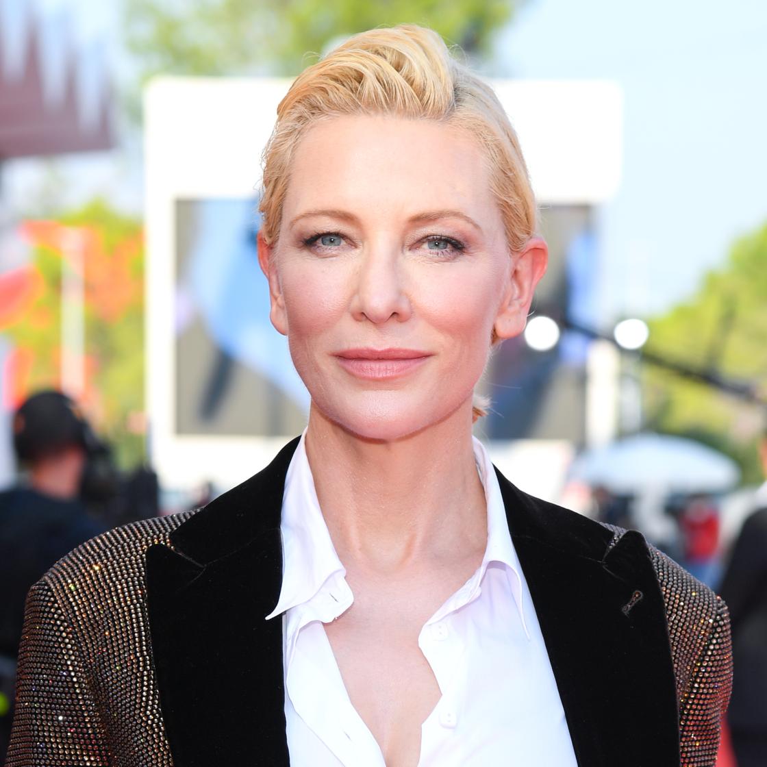 Cate Blanchett redessine et colore ses lèvres avec un crayon à lèvres et une laque coordonnée, lors de la Mostra de Venise 2020