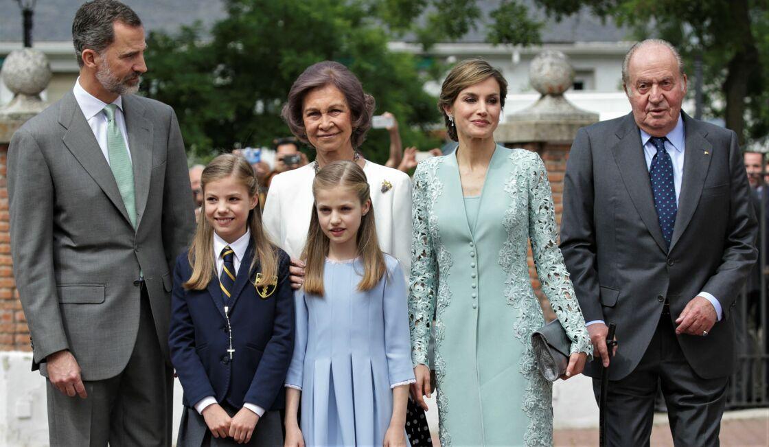 Le roi Felipe VI, la princesse Leonor, la princesse Sofia, la reine Sofia, la reine Letizia d'Espagne et le roi Juan Carlos Ier, à la première communion de la princesse Sofia, à Madrid, le 17 mai 2017.
