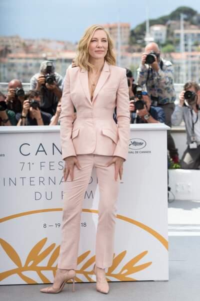 Cate Blanchett élégante en tailleur pantalon rose poudré lors 71ème Festival International du Film de Cannes, le 8 mai 2018.