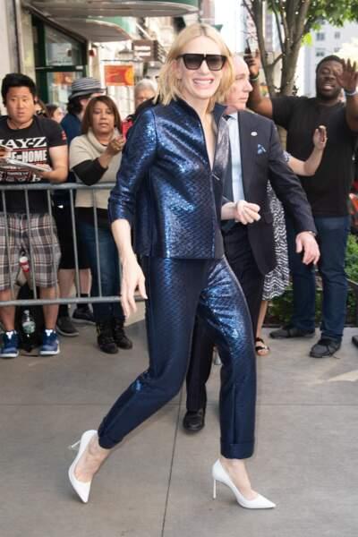 Cate Blanchett en costume à motifs serpent.