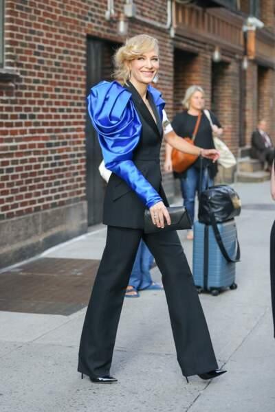 """Cate Blanchett époustouflante dans un costume aux épaules extravagantes à la sortie des studios de l'émission """"The Late Show With Stephen Colbert"""" à New York, le 12 août 2019."""