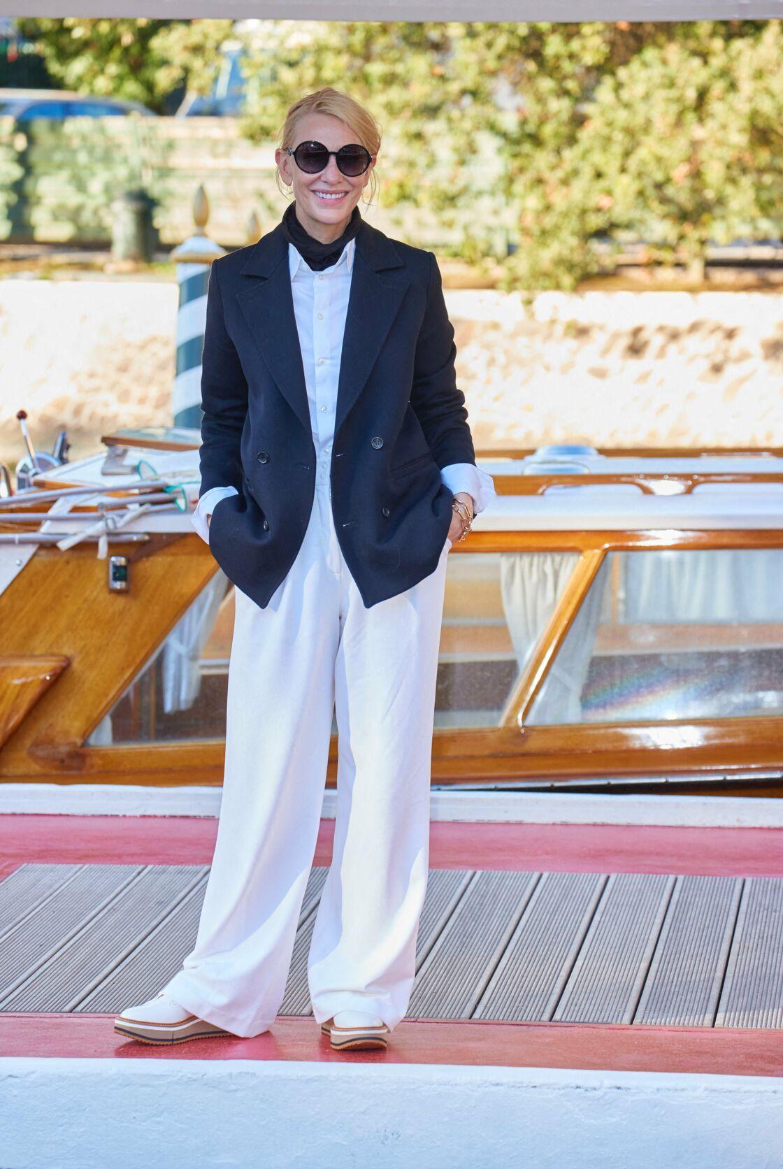 Cate Blanchett mise sur le panalon large blanc et la veste de costume ajustée sur une chemise blanche