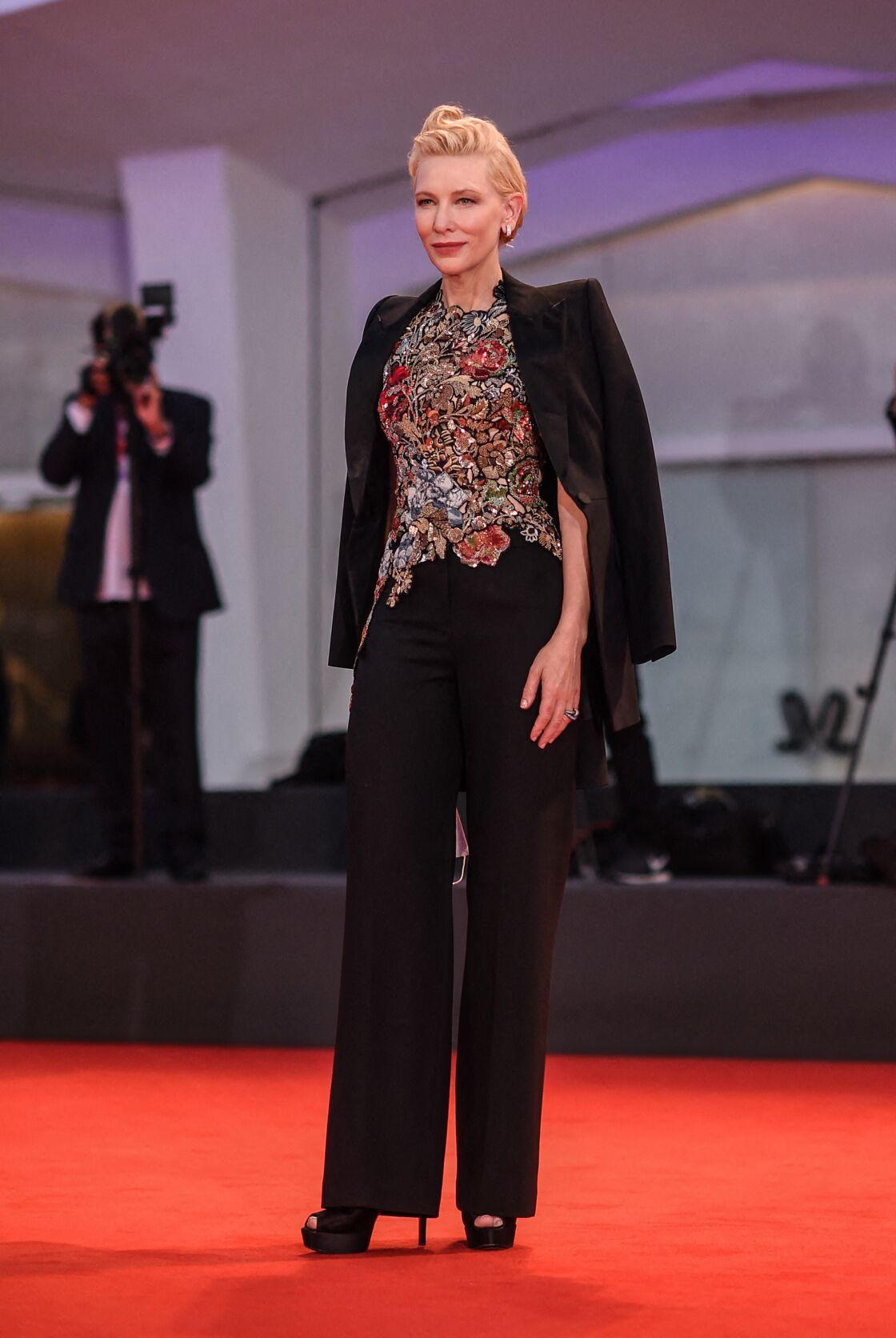Cate Blanchett sophistique son costume d'homme avec un top brodé imprimé