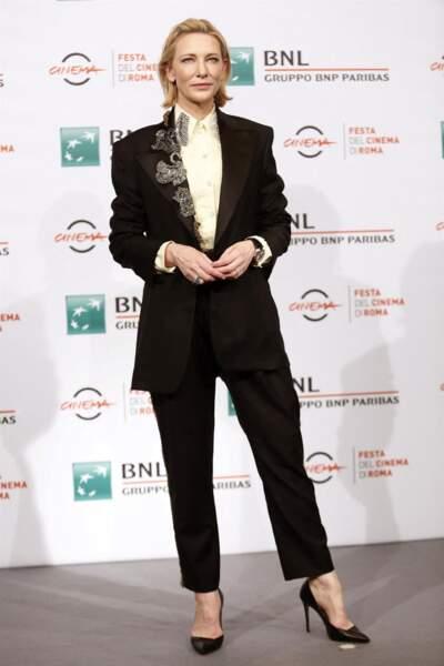 Cate Blanchett chic et lumineuse dans un tailleur pantalon noir et une jolie paire d'escarpins noirs. En dessous, l'actrice porte un chemisier à col jaune très clair.