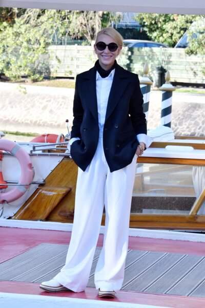 Cate Blanchett ose le pantalon costume blanc large et l'associe à une élégante veste bleue marine et une chemise blanche.