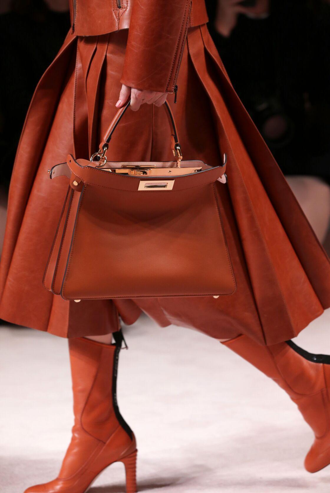 Accessoire phare de la Maison Fendi, le Peekaboo IseeU en cuir, 3400 € défile lors de la Fashion Week de Milan