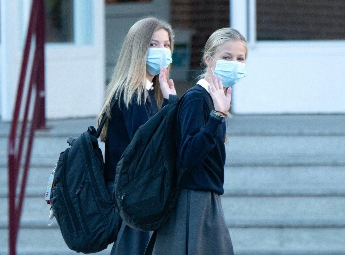 L'infante Sofia d'Espagne et la princesse Leonor arrivent à l'école Santa Maria de Los Rosales à Madrid pour la rentrée des classes, ce 11 septembre.