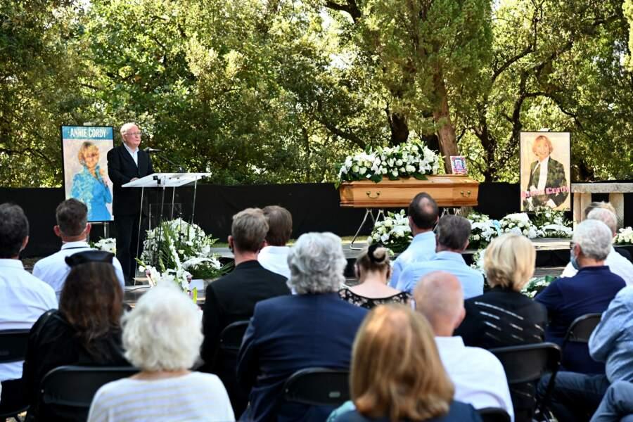 Claude Lemesle devant le public aux obsèques d'Annie Cordy le 12 septembre 2020