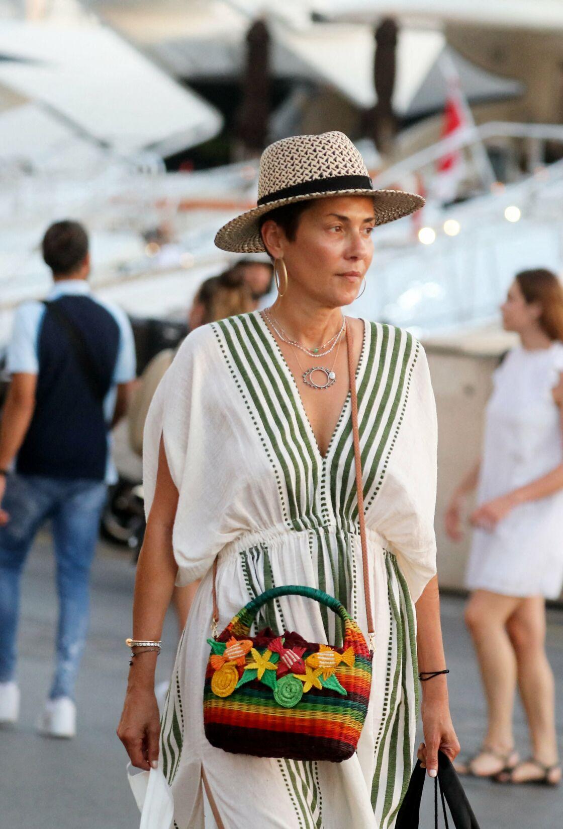 Cristina Cordula sur le port de Saint-Tropez le 31 Juillet 2020.