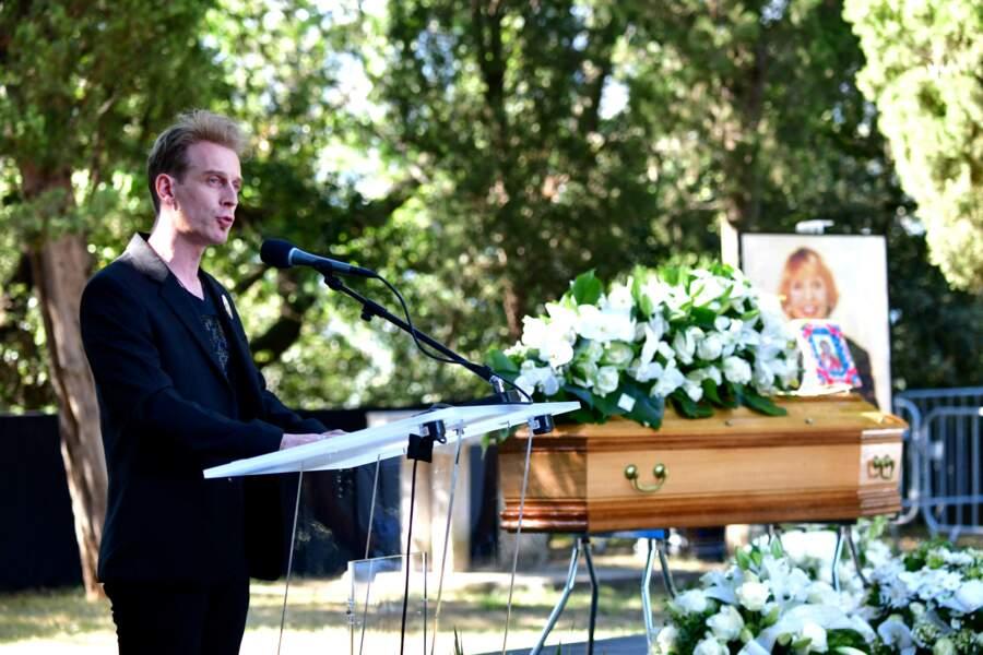 Le chanteur David Alexis rendant hommage à Annie Cordy