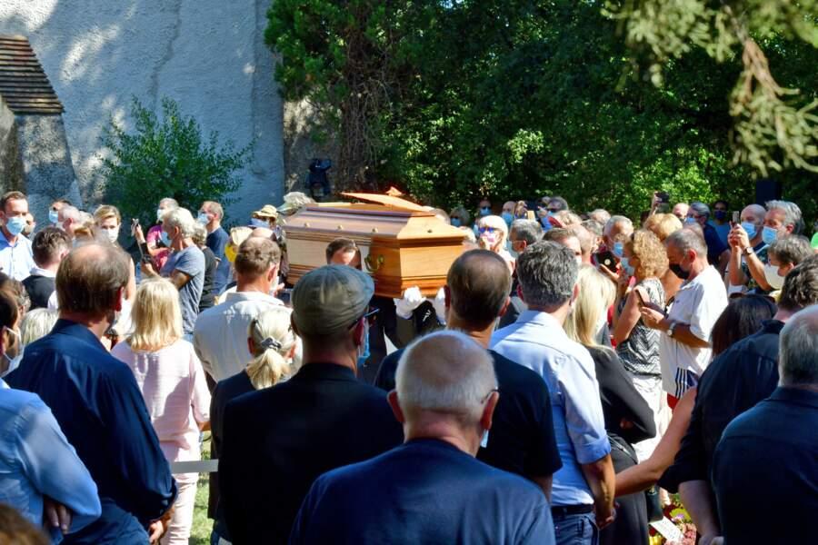Le cercueil d'Annie Cordy traversant la foule