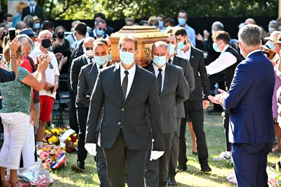 Départ du cercueil d'Annie Cordy sous les applaudissements le 12 septembre 2020