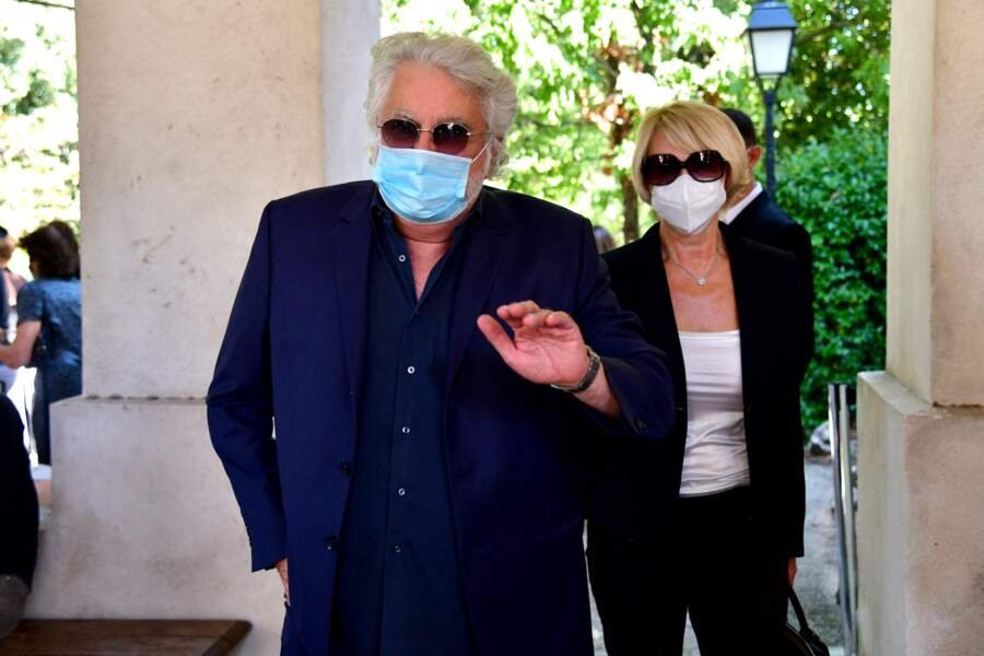Roland Magdane et sa femme Marie-Claude arrivant masqués aux obsèques d'Annie Cordy