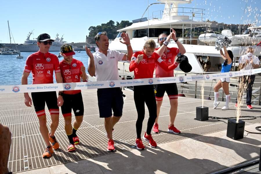 La famille princière de Monaco franchit ensemble, main dans la main, la ligne d'arrivée.
