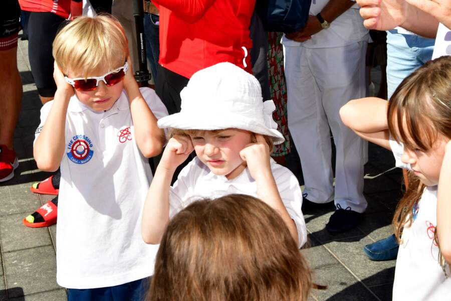 Le prince Jacques de Monaco et la princesse Gabriella de Monaco, enfants du couple princier, sont incommodés par le bruit assourdissant des applaudissements.