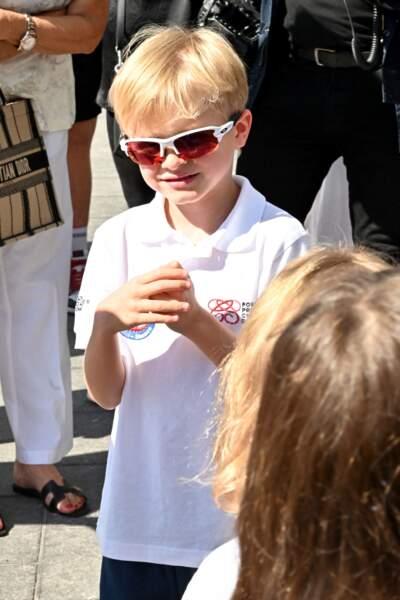 Le prince Jacques de Monaco, marquis des Baux, attend impatiemment sa maman, la princesse Charlène de Monaco, épouse du prince Albert II.